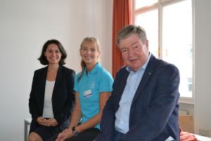 Veronika Mickel und Michael Hemza mit einer Dame von der UNIQA-Gesundheitsstraße